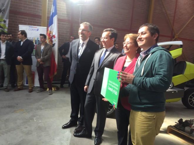 Presidenta Bachelet entrega reconocimiento a Nube Cowork