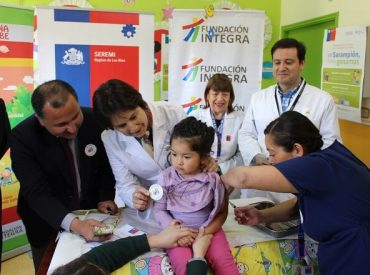 Refuerzan campaña de sarampión con vacunación en mall de Valdivia