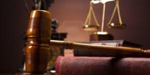 14218375-tema-de-la-ley-un-mazo-de-juez-martillo-de-madera1