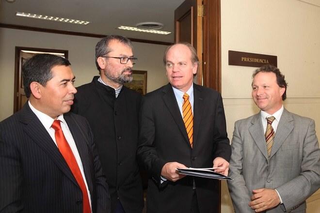 senador-de-urresti-biblioteca-congreso-proceso-constituyente