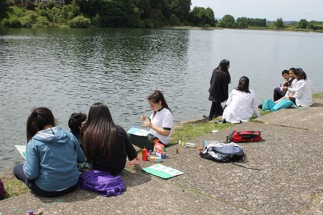 Más de 150 escolares se congregaron en la costanera de Valdivia para participar en el Concurso de Pintura organizado por el DAEM
