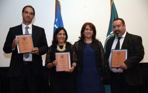 Colaboradores que reciben premio Espíritu Tomista, acompañados de Rectora, Laura Bertolotto.