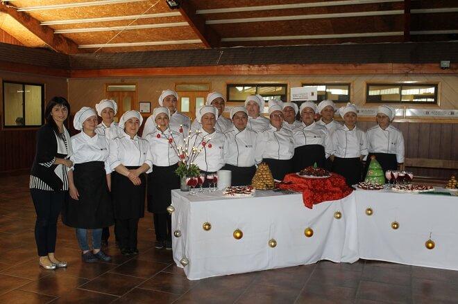 Curso del Sence realizó muestra gastronómica de postres con temática navideña