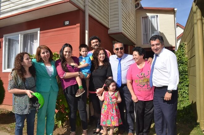 Clara Garcia y familia junto a autoridades