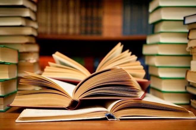 Alcalde Bahamonde agradeció donación de textosa Biblioteca Municipal de parte de expositores de Feria del Libro y abogó por eliminar el IVA a la literatura