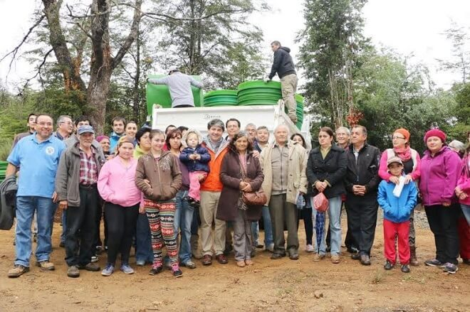 Municipalidad de Valdivia entrega estanques para agua a 30 familias de Casa Blanca