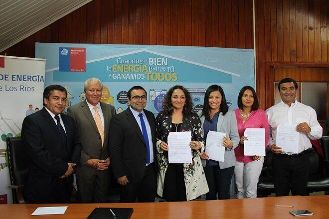 Firman convenio de eficiencia energética que beneficiará a familias vulnerables del Ranco