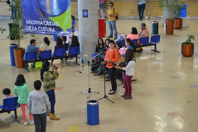 Mujeres sorprenden con intervención urbana en  el Terminal de Buses de Valdivia