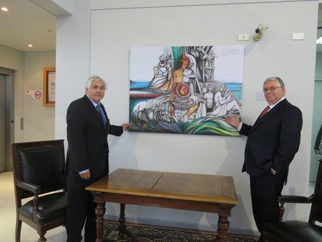 """Ministro Cisternas hizo entrega de la obra """"El Mestizo"""" a la Corte de Apelaciones de Valdivia"""