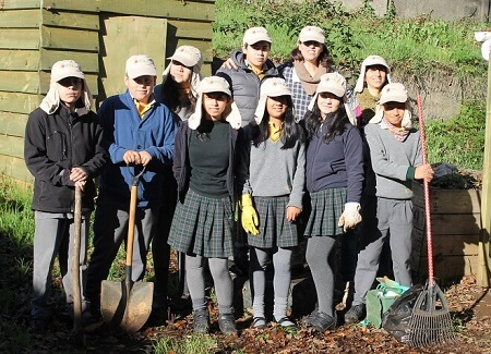 Alumnos de Escuela El Bosque de Valdivia recibieron 400 kilos de tierra de hoja para utilizar en proyectos medioambientales