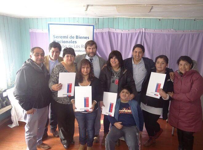 Vecinas de Mehuín emocionadas tras recibir sus actas de radicación