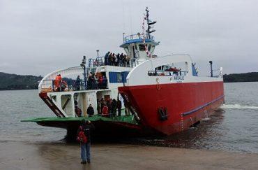 Autoridades y vecinos inauguran nueva barcaza Andalué que entra en operaciónes 1 de agosto