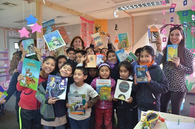 Alumnos de Esc. Rural Los Pellines felices con sus nuevos textos de cuentos infantiles (1)