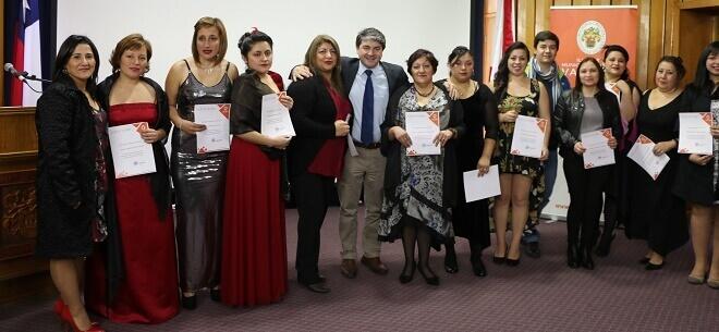 60 mujeres valdivianas reciben certificados por capacitarse a través del municipio