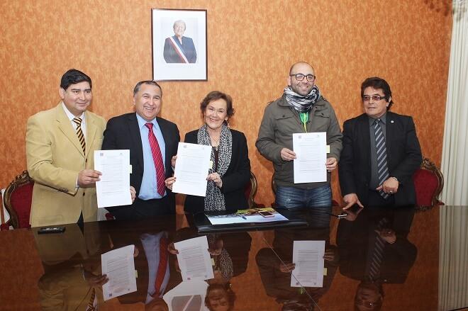 Alcaldesa de La Unióne Intendente firman convenio para iniciar licitación obra de mejoramiento encruce ferroviario Caupolicán