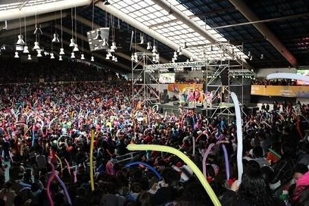 Municipalidad culminó celebraciones del mes del niño con show de Cachureos y Coliseo repleto
