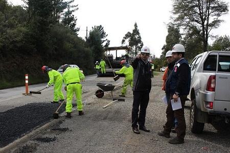 Con bacheos en accesos a puentes Estancilla y Cutipay siguen en marcha mejoramiento de Ruta Valdivia-Niebla