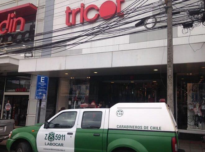 El Labocar deCarabineros investiga el robo a la tienda Tricot de Valdivia, el cual ocurrió en horas de esta noche.