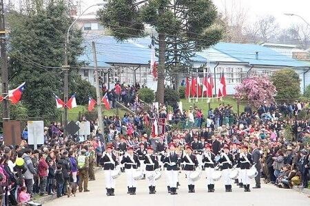 Con multitudinario desfile festejan Fiestas Patrias en Panguipulli