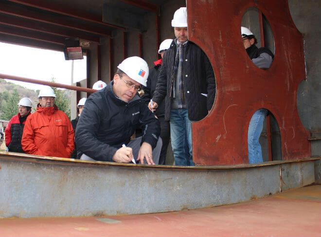 Ministro Alberto Undurraga inspecciona construcción de segunda barcaza para el Lago Pirehueico