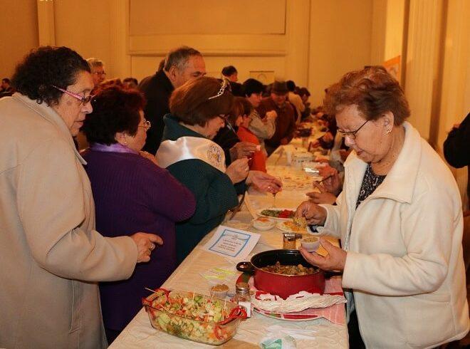 """Adultos mayores mostraron sus mejores platos en """"Muestra Gastronómica"""" en el Centro Cultural de Osorno"""