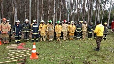 Funcionarios de CONAF Los Ríos capacitan a bomberos para afrontar incendios forestales