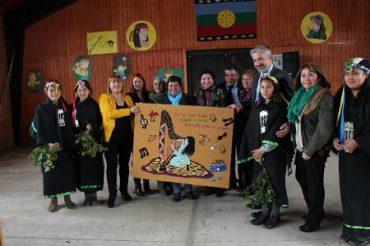 Ministro de Cultura conoció la experiencia de estudiantes de Curiñanco con portadores de tradición de la costa
