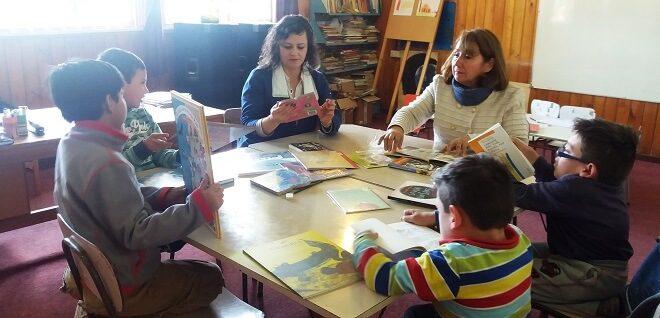 Seremi de Educación Los Ríos llevó regalo lector a estudiantes de las escuelas de Tralcao, Pelchuquin y Missisippi