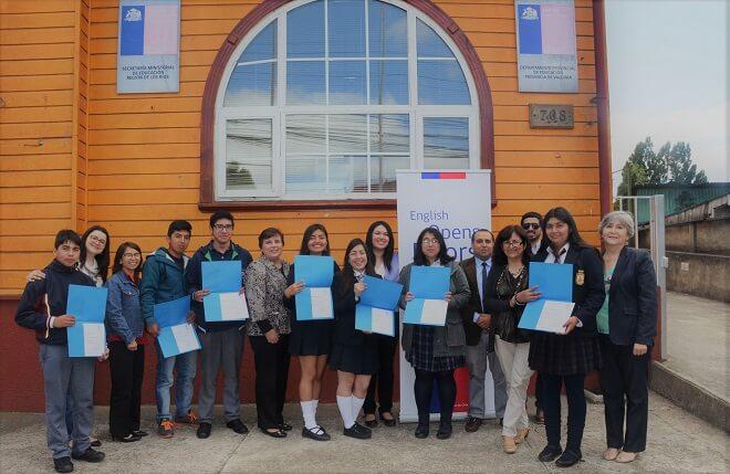 """8 alumnos de Los Ríos recibieron su certificado de participación en el programa """"English Discoveries Online"""""""
