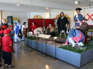 """Alcalde de Osorno inauguró nueva sala museográfica del Fuerte Reina María Luisa, que considera réplicas a escala real de firma de """"Tratado de las canoas"""""""