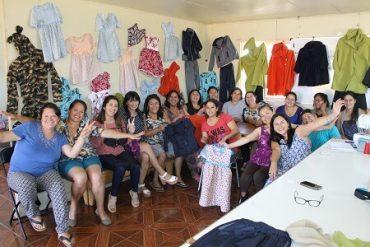 SENCE capacita a mujeres emprendedoras de Mariquina impulsando la fabricación de uniformes escolares