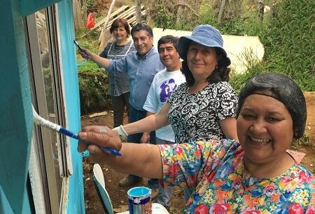 La solidaridad se toma Corral con iniciativa comunitaria que pinta las casas de sus vecinos