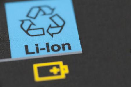 Sernac sostiene relevancia de evaluar restricciones regulatorias en la comercialización de celulares y otros productos con baterías de litio en Chile