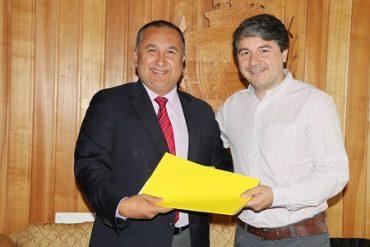 Alcalde Sabat entrega carpetade proyectos a Intendente Montecinos