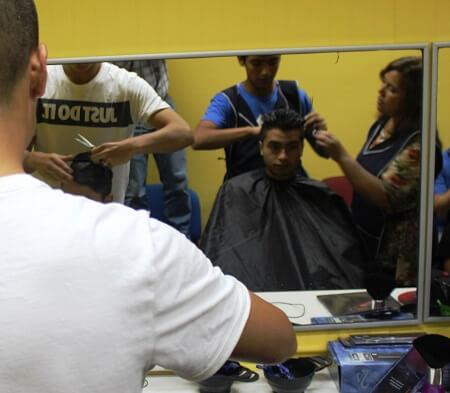 En La Araucanía adolescentes de centro de Sename se capacitan en peluquería
