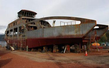 En agosto próximo entra al agua para sus pruebas y terminaciones la barcaza Puerto Fuy, que recorrerá el Lago Pirehueico