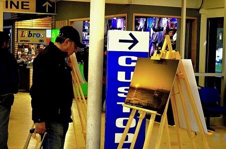 Exposición de fotografías del océano se presenta en el Terminal de Buses de Valdivia