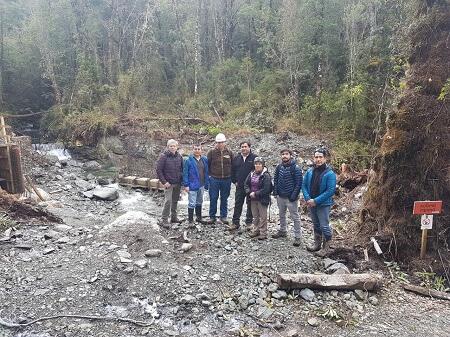 Autoridades visitan construcción de minicentral hidroeléctrica de Gaviota y conversan con la comunidad
