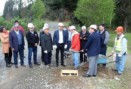 Colocación de primera piedra da inicio a asfaltado de la Ruta Valdivia-Futa, que conecta con la comuna de Corral