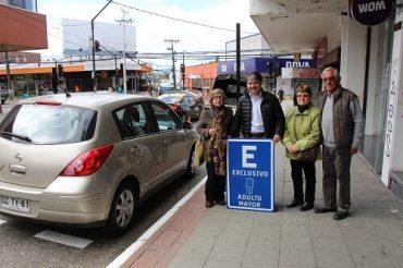 Municipio implementa estacionamientos gratuitos para adultos mayores en Valdivia