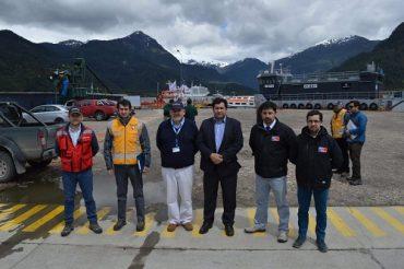 Autoridades reciben a turistas en la llegada del segundo crucero de la temporada a Puerto Chacabuco