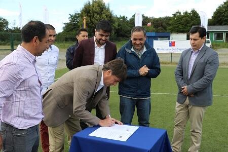 Ministro Pablo Squella firmó transferencia de recursos por $200 millones de pesos para conservación de cancha sintética de El Mirador
