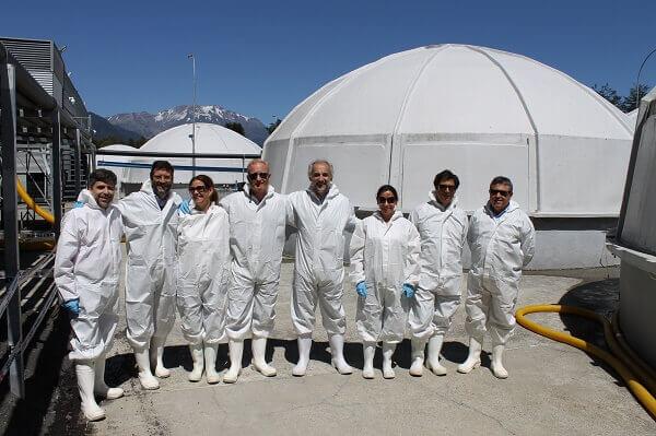Delegación de autoridades españolas y chilenas conocen piscicultura en el sur de Chile