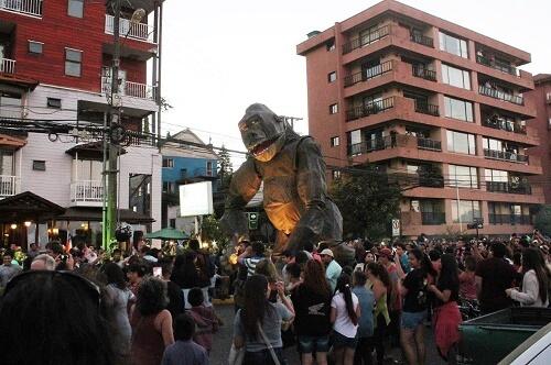 Marionetas gigantes fueron parte del Verano en Valdivia en sector costanera