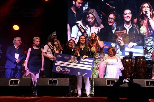 Claudia Obregón de la Junta de Vecinos Las Gaviotas fue la gran ganadora del Festival del Cantar Vecinal de Valdivia 2018