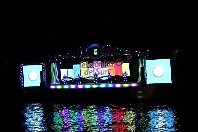 Con acrobacia aérea, barcos engalanados y fuegos artificiales celebraron los 100 años de la Noche Valdiviana