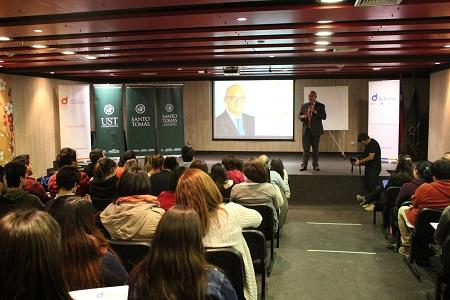Ricardo Ibáñez realizó charla financiera en Santo Tomás Valdivia