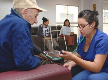 Proyecto de ley para entregar atención preferencial en recintos de salud primaria a adultos mayores