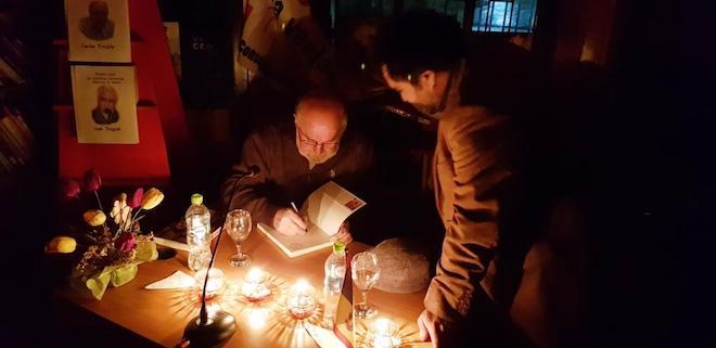 Tertulia literaria en Queilen: bajo la luz de las velas, asistentes compartieron con destacados escritores chilotes