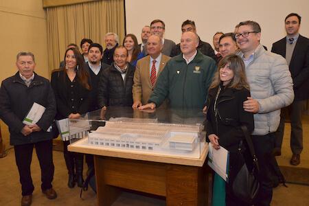 Alcalde Becker presentó diseño de Mercado Municipal a autoridades y locatarios